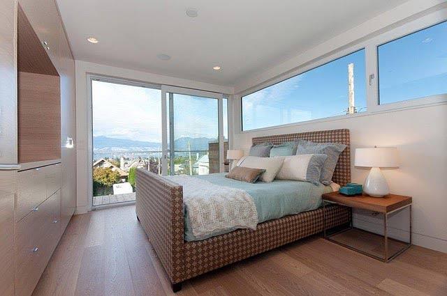 Duże balkonowe okno przesuwne w sypialni