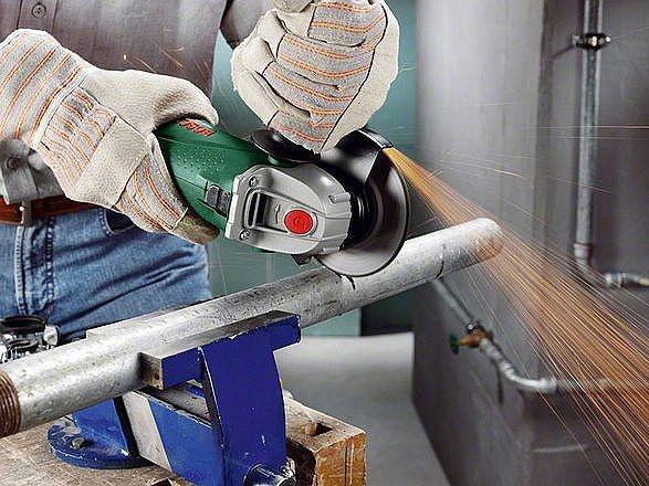 Przycinanie metalowego pręta za pomocą szlifierki kątowej