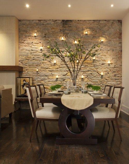Ozdobne płytki kamieniopodobe na ścianie w pokoju dziennym