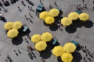 widok z lotu ptaka na żółte parasole ulicznych knajpek na Krakowskiej starówce