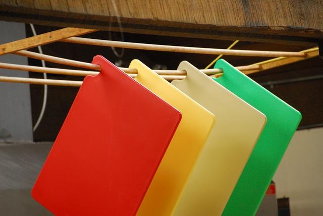 kolorowe deski do krojenia powieszone na suszarce