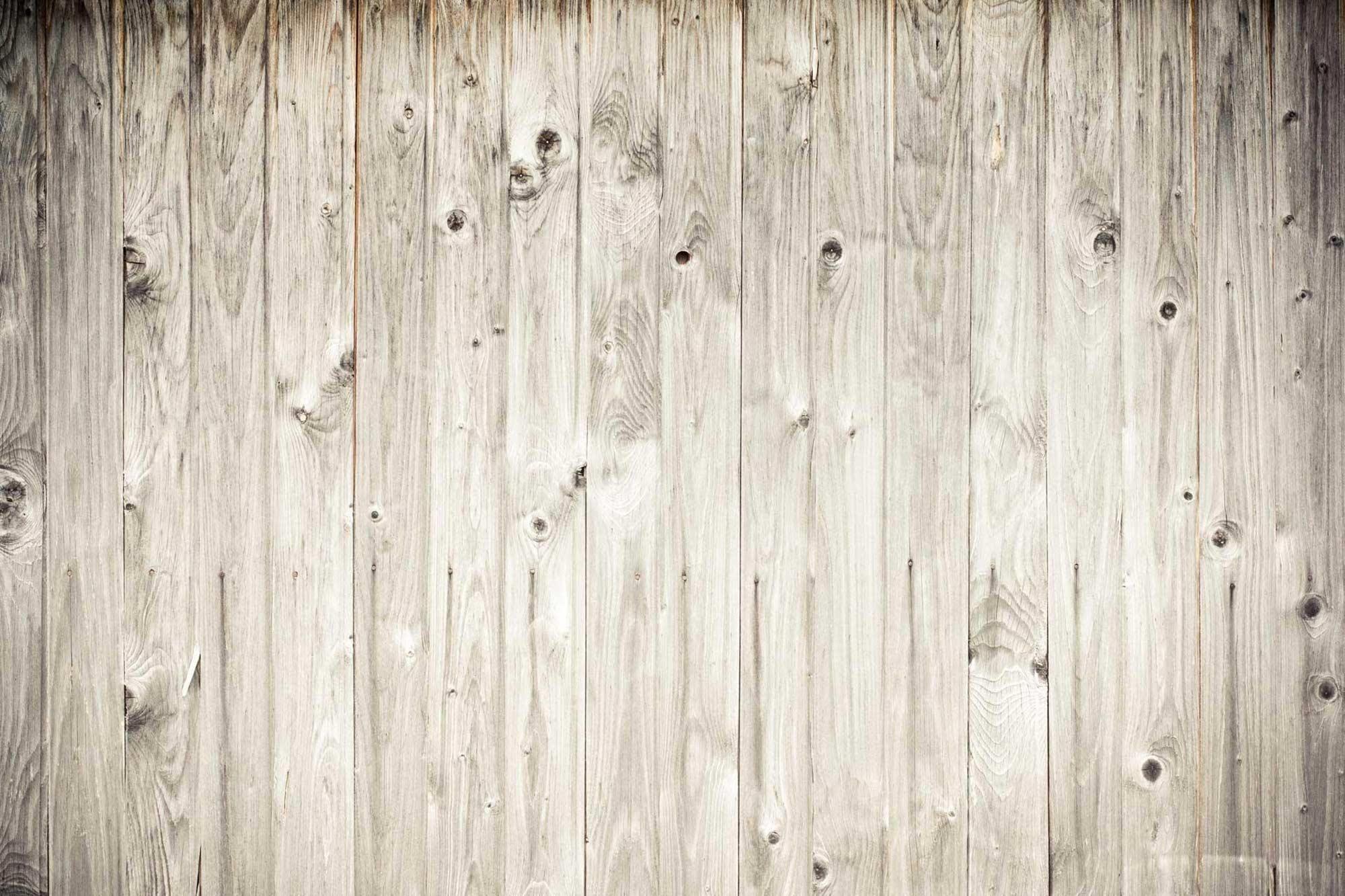 Drewniana podłoga w kolorze bielonego dębu z dużą ilością pięknych słoi