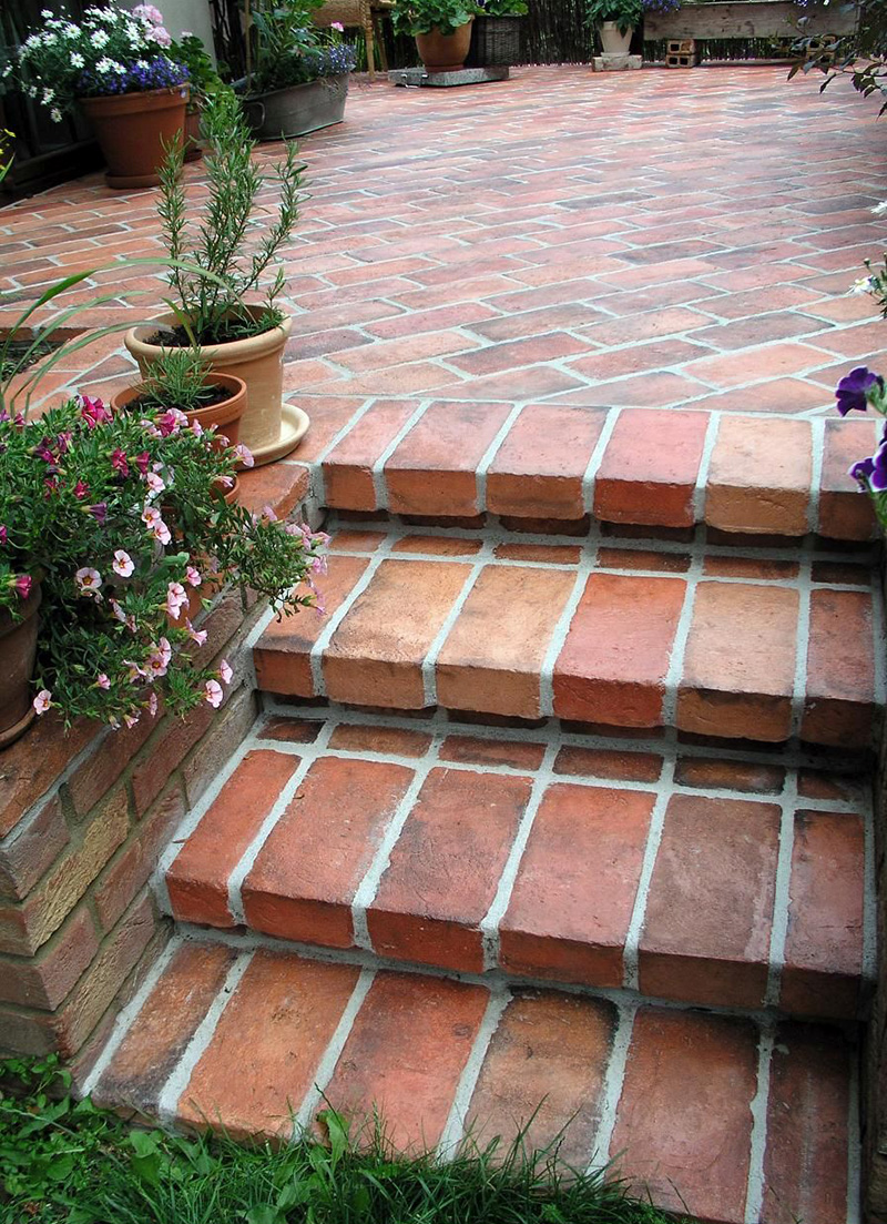 Schody w ogrodzie z cegły idealnie na przedłużenie ceglanego tarasu