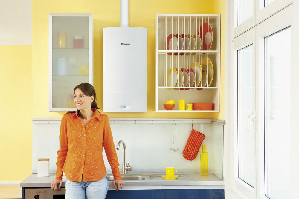 Kocioł kondensacyjny w kuchni w kolorze żółtym z pomarańczowymi dodatkami