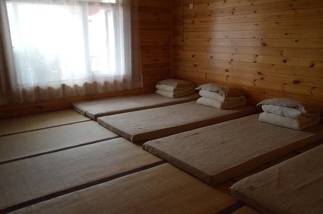 pokój i łóżka w stylu japońskim