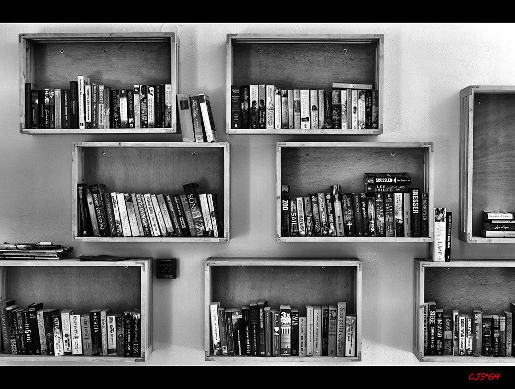 meble alternatywne - kubikowe półki na książki rozmieszczone na ścianie