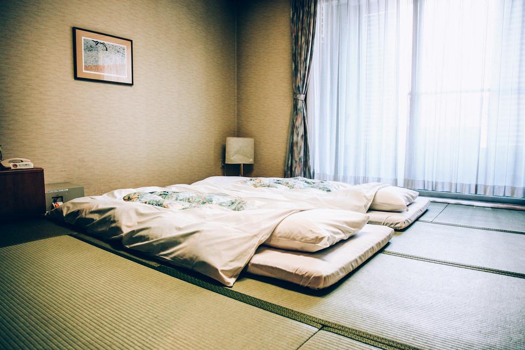 łóżko w stylu japońskim