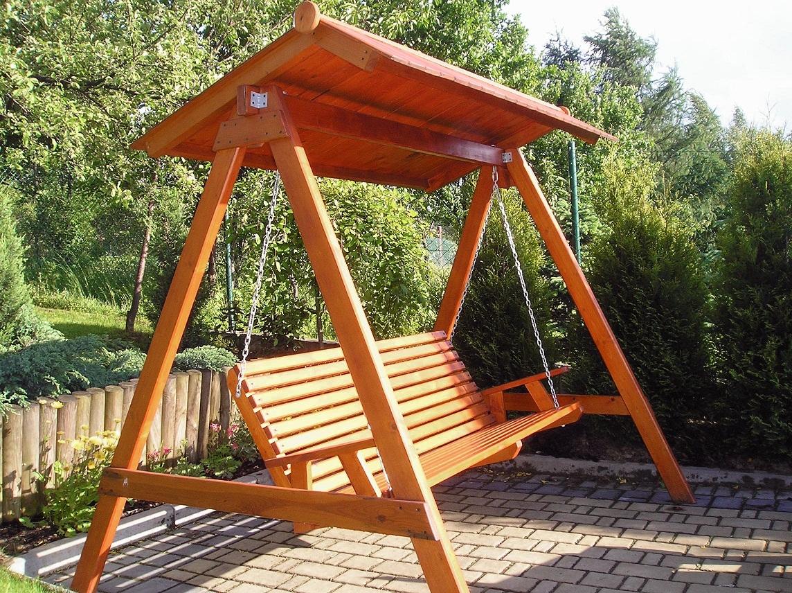 Drewniana huśtawka ogrodowa z daszkiem
