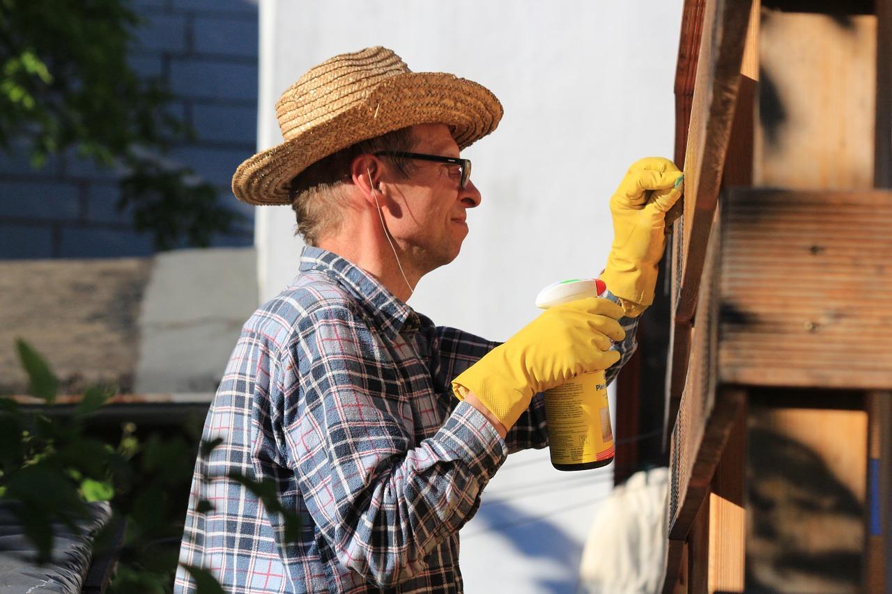 mężczyzna buduje konstrukcję pod deszczówkę