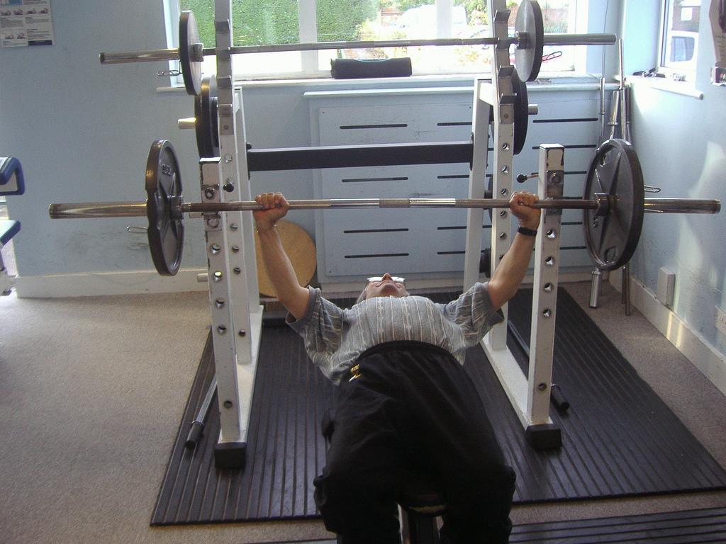 gumowa mata w domowej siłowni