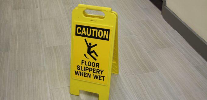 tablica informująca o mokrej śliskiej podłodze